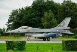 F-16 met grote (oefen)bom