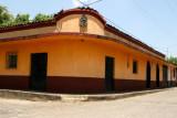 Casa Antigua Sobre la Calle Principal