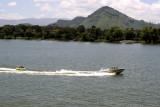 Escena de Diversion Acuatica en el Lago de Amatitlan