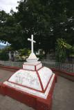 Cruz Frente a la Iglesia Catolica