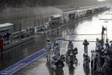 Sauber team waiting for car in the rain