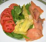 Salmon ahumado, hojas de espinaca, queso gruyere y tomate