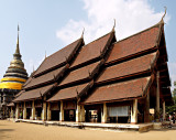 Wihan Luang exterior and chedi