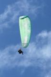 Pratique du deltaplane depuis le point de vue situé près de l'église des Colimaçons