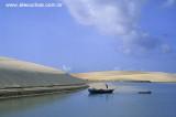 pescador limpando barco na foz do rio munda£.jpg