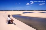 Turista contemplando as piscinas naturais da Ilha do Caju