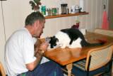 Frederik essen Hafermehl zusammen mit vater