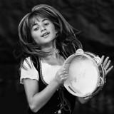 una bella ragazza performs a traditional italian dance