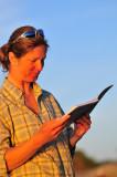 Ingrid läser ur loggen från våra tidigare turer.