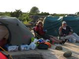 Pia vid sitt tält och prylar, Kjell-E tittar på