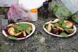 Sallad på stekt halloumi, kokta rödbetor och bladspenat, samt olivolja