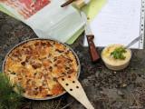 Valnöts- & kantarell-paj och till höger hummus med vitlök & sesamfrön