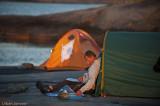 Urban dokumenterar utanför sitt tält.