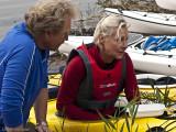 Ulf hjälper Lena att få ordning på pedalerna.