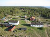 Utsikt från fyren mot vandrarhemmet och gamla fyrvaktarbostäderna