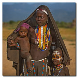 Madre Arbore con 2 hijos  -  Arbore mother with two children