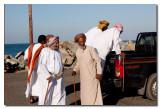 Omanies en el puerto de Masirah - Omani men in the port of Masirah
