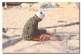 Pescador reparando una red en el puerto - Fisherman repairing a fishing net in the port