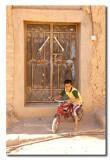 Niño con bici en Al Hamra - Boy with bicycle in Al Hambra