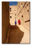 Dos mujeres en una calle de Al Hamra - Two women in a street of Al Hamra