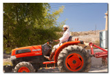Omani sobre tractor en Al Hamra - Omani on a tractor in Al Hamra