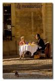 Turistas comiendo delante del Palacio Papal  -  Dining in front of the Papal palace
