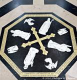 Le centre du labyrinthe avec l'effigie des trois architectes et de l'évêque Évrard de Fouilloy