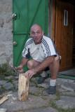 Il va faire froid, homme blanc couper beaucoup de bois .