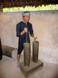 Depiction of a Vietnamese man mixing gunpowder.