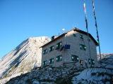 Rifugio Biella met op achtergrond Croda del Becco (Seekofel, 2810 meter)