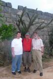 Marc, Winfried und Eckhart vor den Mauern von Nova Jerusalem  P1020219.JPG