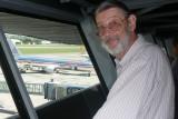 Eckhart kurz vor seiner Ruekkehr nach Miami. Die AA-Maschine steht schon bereit      P1020329.JPG