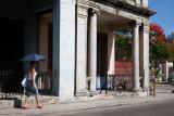 La sombrilla es necesaria para pasear bajo ese Sol abrasador (La Habana)