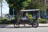 Taxi de tracción humana. Máximo dos personas. (La Habana)