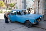Reparando el carro (La Habana)