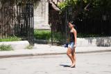 Señorita paseando (La Habana)