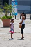 Madre e hija en la Plaza Vieja (La Habana)