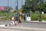 Familia paseando en domingo (La Habana)