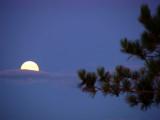 la lune derrière le nuage