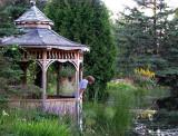Un pavillon près de l'étang