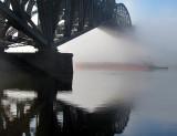 sous le pont dans la brume