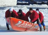 le canot glissant sur la glace blanche