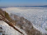 le fleuve glacé et le pont au loin