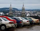 Derrière le parking , l'église