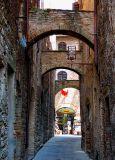 San Giminiano,  la ruelle aux trois arches