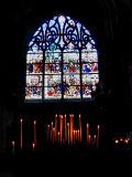 Les cierges devant le vitrail