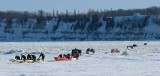 une longue suite de canots à glace