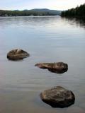 trois grosses roches émergentes