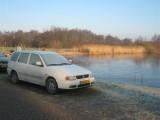 009 - Opstapplaats Molenpolder bij het sluisje: dun ijs op het water, veel rijp op de auto's