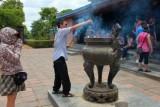 2761 Burning incense Hue.jpg